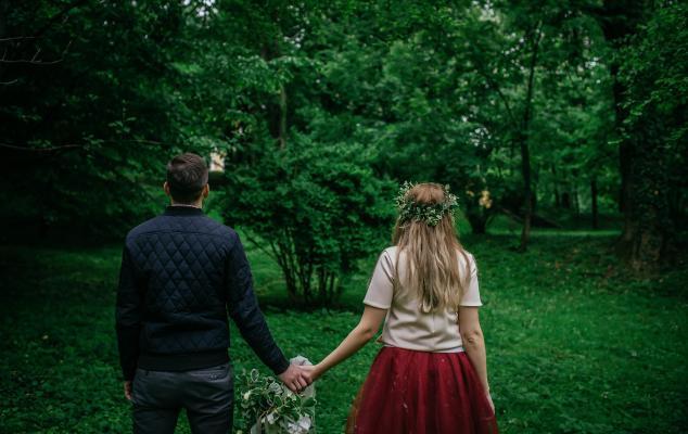 Couple holding hands, Photo: StockSnap via Pixabay